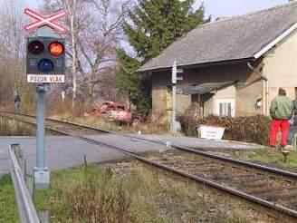 Druhý vlak stihl zastavit těsně před autem. Ilustrační foto