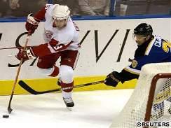 St. Louis - Detroit: Datsyuk a Čajánek - Útočník St. Louis Petr Čajánek (vpravo) atakuje detroitského hráče Pavla Datsyuka.