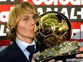 Nedvěd líbá Zlatý míč