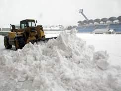 Sn�h ze stadionu v Drnovic�ch p�i tuh�ch zim�ch odstra�ovaly t�k� stroje.