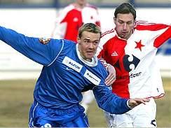 Drnovický fotbalista Tomáš Bouška (vlevo) v souboji s Martinem Zbončákem ze Slavie.