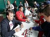 Franti�ek a Tomá� Kaberleovi s Markem �idlickým na autogramiád�