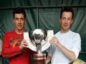 Franti�ek a Tomá� Kaberleovi pózují s pohárem
