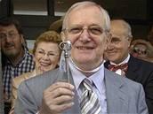 Jiří Suchý s klíčem od Divadla Semafor