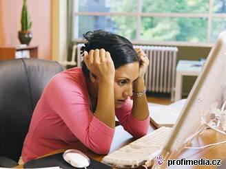 Mezi nejčastější obtíže lidí pracujících u počítače patří ztuhnutí krčních svalů.
