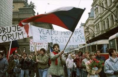 Sametová revoluce, demonstrace v den generální stávky na Národní třídě v Praze.
