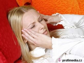 Spouštěčem migrény může být silný parfém, ale i vlasy stažené do culíku.