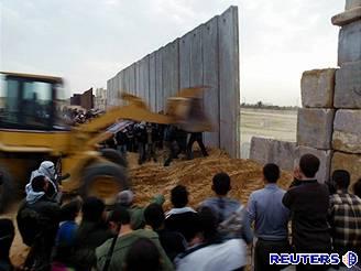 Palestinští ozbrojenci ničí hraniční zeď oddělující pásmo Gazy a Egypt