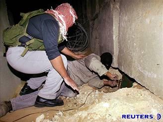 Palestinští ozbrojenci umisťují nálože pod hraniční zeď