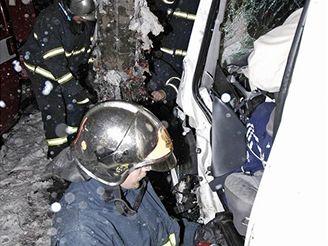 Vyprošťování muže při nehodě v Sokolovské ulici v Praze