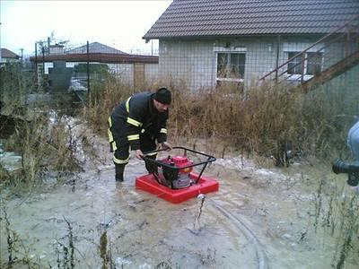 Hasiči čerpají vodu v Plzni - Koterově