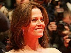 Režiséra Titaniku Jamese Camerona by na premiéru Avatara měla doprovodit i Sigourney Weaverová.