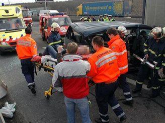 Nehoda auta s dvěma kamiony na Jižní spojce