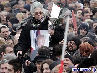 Desetitisíce lidí se v Bělehradě loučily s Miloševičem.