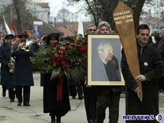 Smuteční průvod na pohřbu Miloševiče v Požarevac.