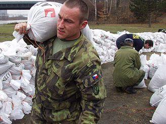 Vojáci pomáhají stavět protipovodňové hráze
