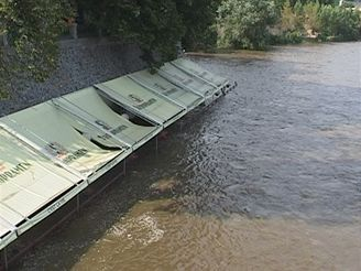 Náplavka na Malostranském nábřeží v roce 2002