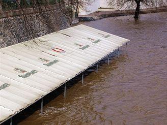 Náplavka na Malostranském nábřeží v roce 2006