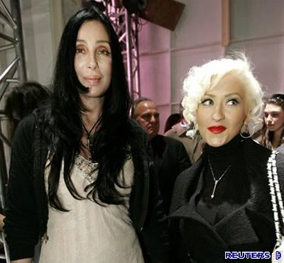 Kliknutím zobrazíte větší formát - Zpěvačky Cher a Christina Aguilera na přehlídce spodního prádla značky Agent Provocateur v Kalifornii.