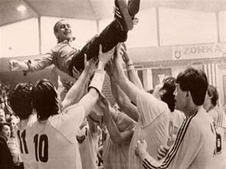 Házenká�i Dukly slaví výhru v Poháru mistr� 1984