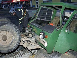 Multikára se po srážce s volkswagenem převrátila