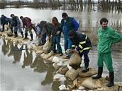 Dobrovolníci staví hráz