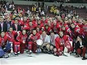 Hokejisté s trofejí za druhé místo