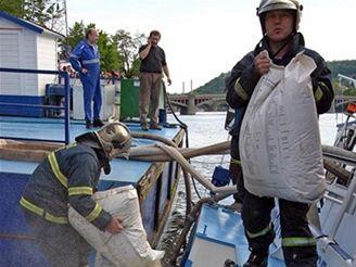 Hasiči zachraňují potopenou loď