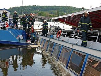Hasiči zachraňují potápějící se loď