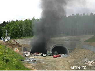 Cvičení hasičů v tunelu pod vrchem Valík u Štěnovic na Plzeňsku