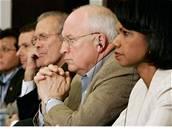 Condoleeza Riceová, Dick Cheney, Donald Rumsfeld (zprava)