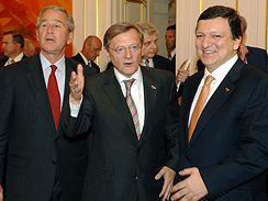 Prezident USA George Bush, rakouský kancléř Wolfgang Schüssel a předseda EK José Barroso