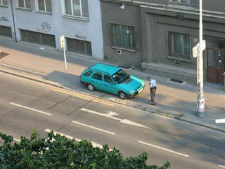 Strážník u zaparkovaného vozu