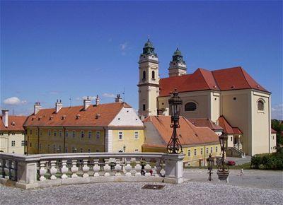 Pohled z Valtického zámku na místní kostel - Valtice