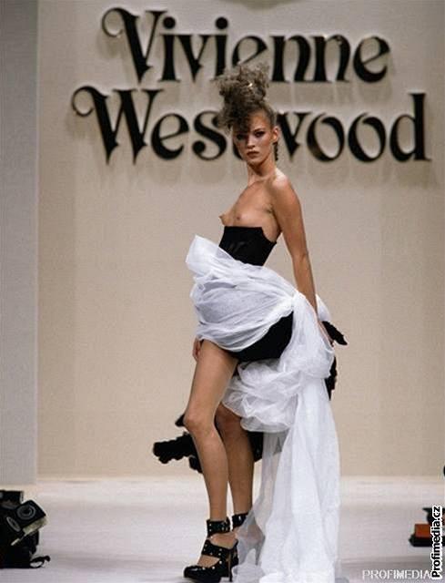 Modelka Kate Mossová v kreaci Vivienne Westwoodové