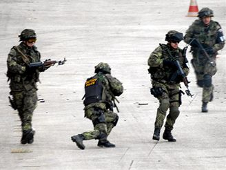 Vojenští policisté trénují na misi v Iráku.