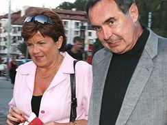 Antonín Baudyš s manželkou Zuzanou přícházejí na oslavu Hanky Zagorové a Štěfana Margity