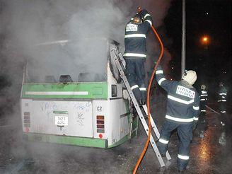 Požár autobusu v ulici V Olšinách