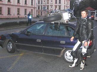 """Motorkář """"zaparkoval"""" na střeše auta"""