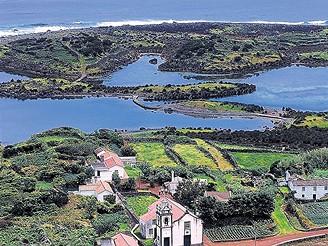 Azory: zelená políčka se ostře svažují k moři