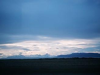 Šedivá pláň, šedivá obloha, někde daleko na obzoru proužek hor - pravá Patagonie (foceno z autobusu)