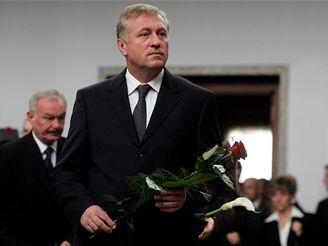 Mirek Topolánek přišel na pohřeb generála Fajtla.