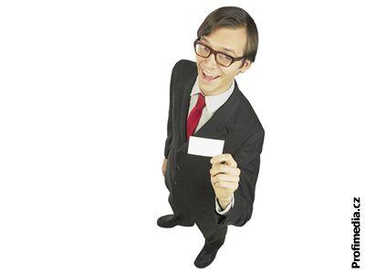mladý businessman vizitka brýle