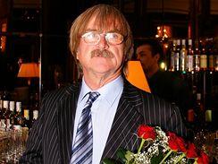 Karel Vágner si musel vystát frontu, aby mohl Ivě popřát a předat kytici růží