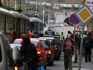 Po��r tramvaje v pra�sk� Revolu�n� ulici