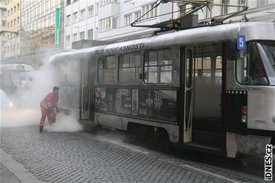 Po�ár tramvaje v pra�ské Revolu�ní ulici