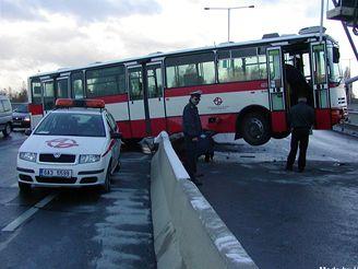 Nehoda autobusu na Černokostelecké