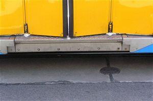 Prostřední, nízkopodlažní díl má podlahu 350 milimetrů nad temenem kolejnice