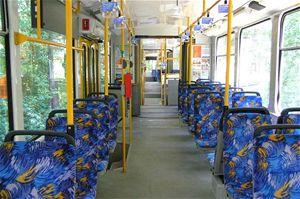 Téměř všechna sedadla jsou ve směru jízdy. Vlevo ve směru jízdy jsou dvojice sedadel, vpravo jednotlivá sedadla