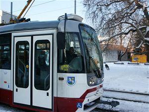 První dvě  modernizované tramvaje  nemají typický ostravský modrobílý nátěr